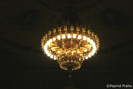 Lustr, Národní divadlo, strop, Perlička prasátka Pepříka