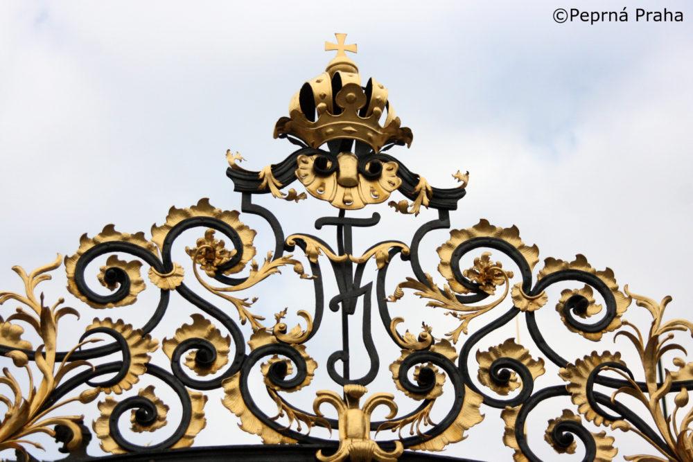 Marie Terezie, Pražský hrad, vstupní brána, mříž, první nádvoří, Perlička prasátka Pepříka